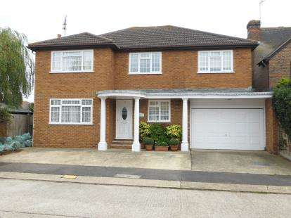 5 Bedrooms Detached House for sale in South Benfleet, Essex