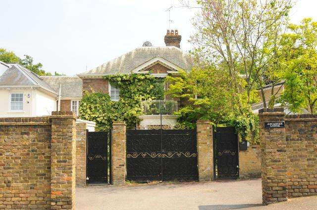 5 Bedrooms Detached House for sale in Queens Road,, Richmond, TW10