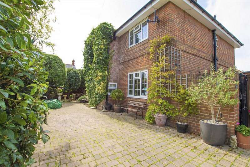 4 Bedrooms Detached House for sale in Grove Road, Lee-on-the-Solent, Hampshire
