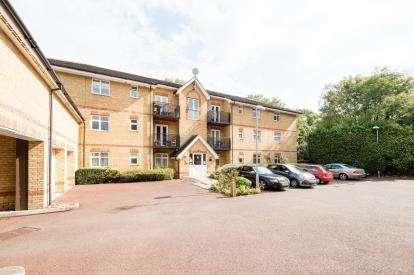 2 Bedrooms Flat for sale in Mossford Green, Barkingside, Essex