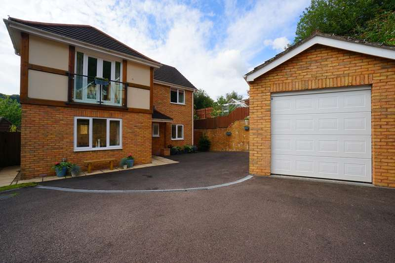 4 Bedrooms Detached House for sale in Woodside Walk, Cross Keys, Newport, NP11