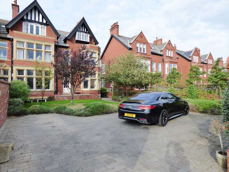 6 Bedrooms Semi Detached House for sale in Clifton Drive, Lytham