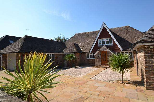 4 Bedrooms Detached House for sale in Ferringham Lane, Ferring, West Sussex, BN12 5NB