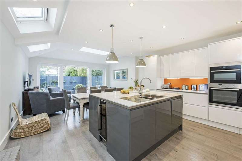 5 Bedrooms Terraced House for sale in Penwortham Road, Furzedown, London