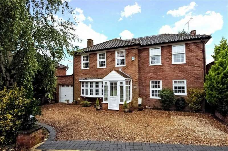 4 Bedrooms Detached House for sale in Theydon Place, Epping, Essex