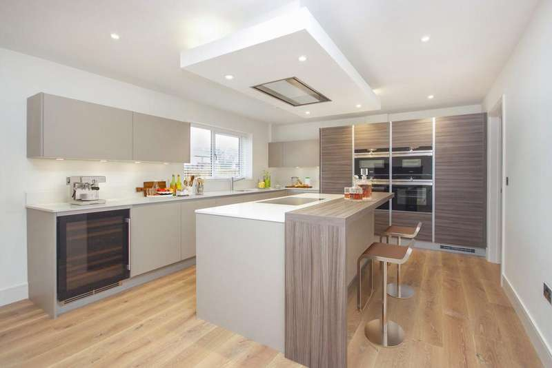 5 Bedrooms Detached House for sale in Chigwell Grove, IG7