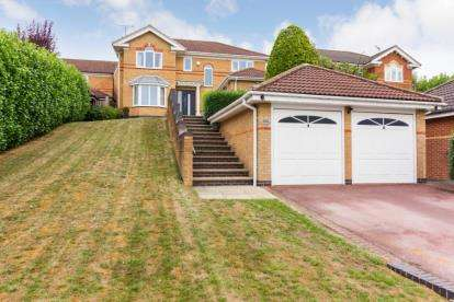 4 Bedrooms Detached House for sale in Fairburn Croft Crescent, Barlborough, Chesterfield, Derbyshire
