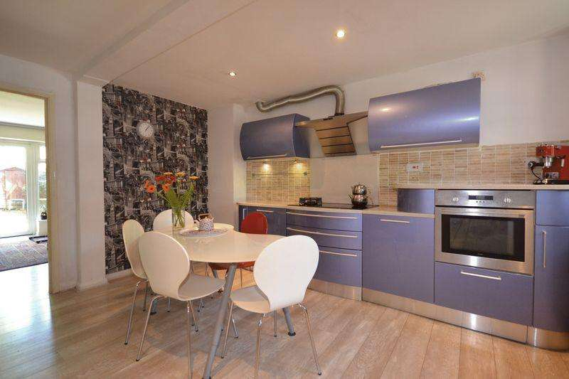 3 Bedrooms Terraced House for sale in Phoenix Close, London