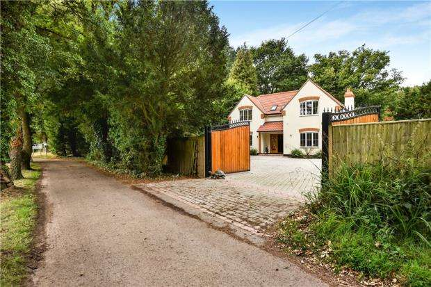 4 Bedrooms Detached House for sale in Ravenswood Avenue, Crowthorne, Berkshire