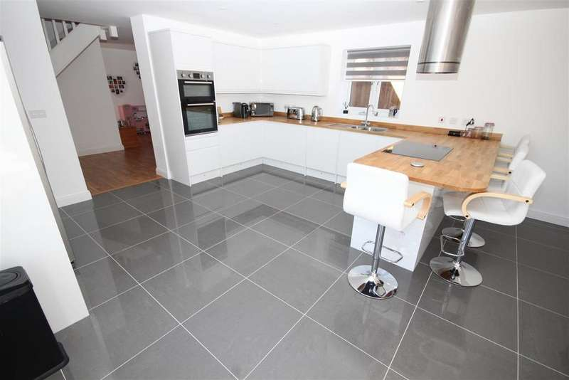 4 Bedrooms Detached House for sale in Ness Road, Burwell
