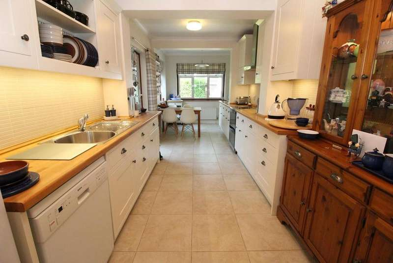 4 Bedrooms Semi Detached House for sale in Little Gaynes Lane, Upminster, Essex, RM14