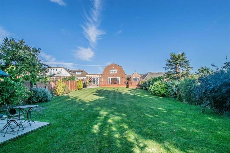 4 Bedrooms Detached House for sale in Barn Hill, Roydon