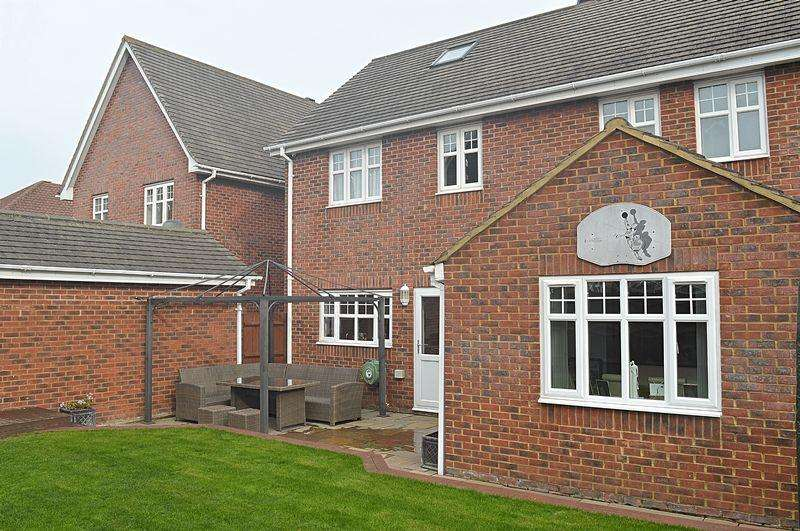 5 Bedrooms Detached House for sale in 5 Bedroom Family Home - CHAIN FREE