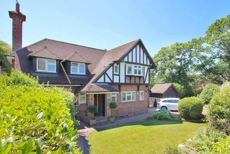 4 Bedrooms Detached House for sale in Highlands Road, Barton On Sea, Hampshire