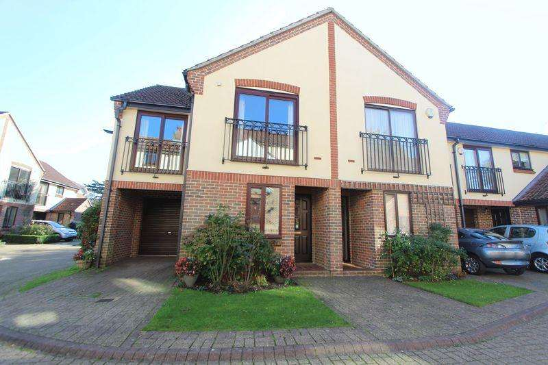 3 Bedrooms Semi Detached House for sale in Mayfair Gardens, Banister Park, Southampton