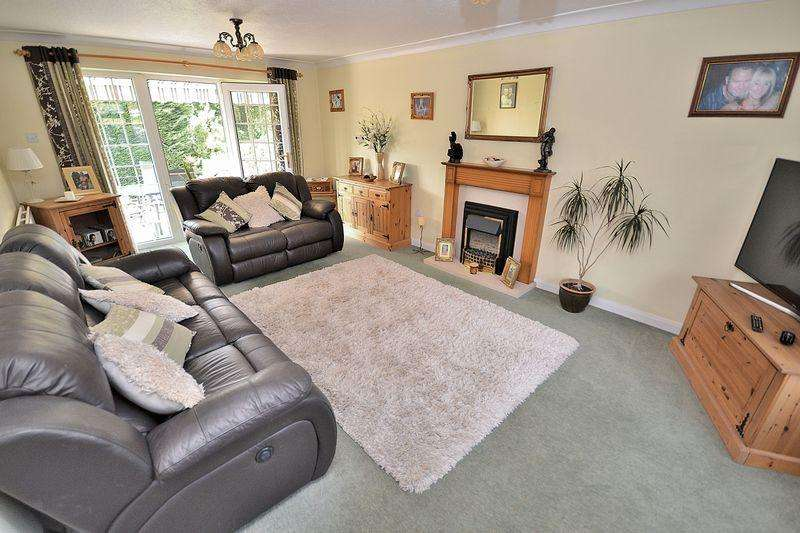 5 Bedrooms Detached House for sale in Lanes End, Heath Reach