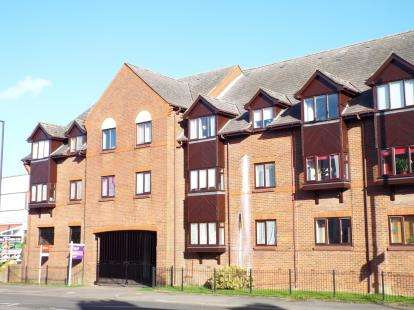 2 Bedrooms Flat for sale in Kingsmead Court, High Street North, Dunstable, Bedfordshire