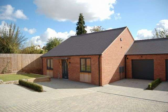 3 Bedrooms Detached Bungalow for sale in Hatton Avenue, Off Hatton Park Road, Northants NN8 5AP