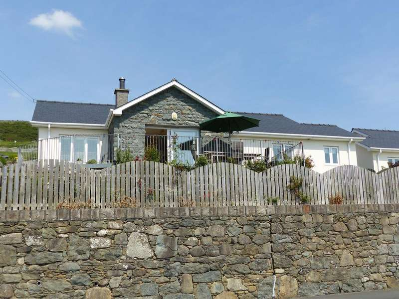 3 Bedrooms Bungalow for sale in Gwelfor, Llanaber, Barmouth,LL42