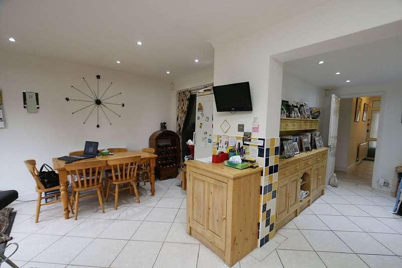 4 Bedrooms Semi Detached House for sale in Lyndhurst Road, Bexleyheath, London, DA7