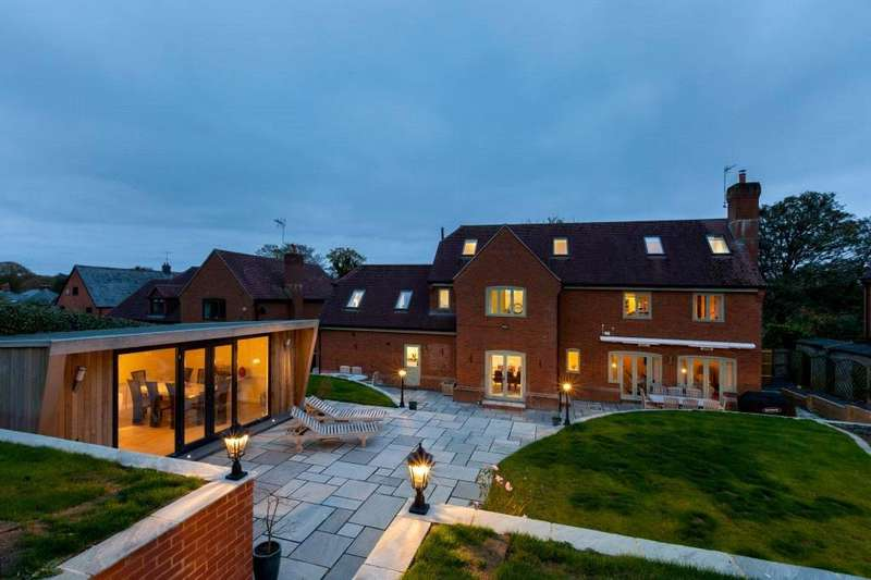 4 Bedrooms Detached House for sale in Chapel Walk, Cliddesden, Hampshire, RG25
