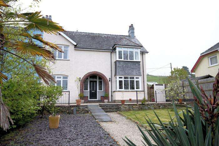 4 Bedrooms Semi Detached House for sale in WHITE HORSES, LLWYNGWRIL LL37