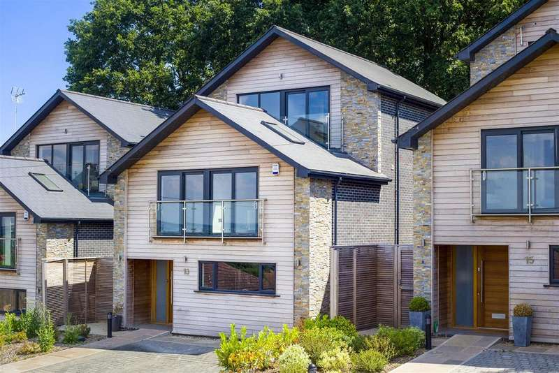 5 Bedrooms Detached House for sale in Hillview Road, Rayleigh