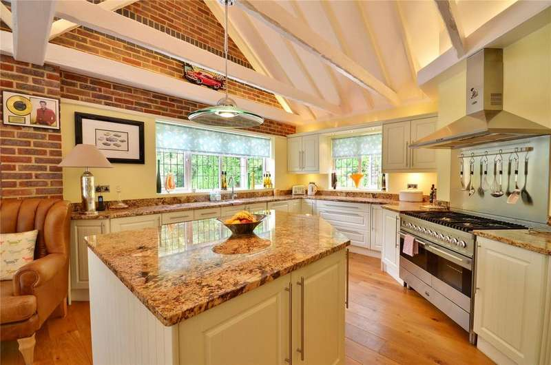 3 Bedrooms Bungalow for sale in Copthorne, West Sussex, RH10