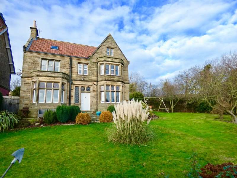 6 Bedrooms Detached House for sale in Thorpe Lane, Whitby, North Yorkshire, YO22