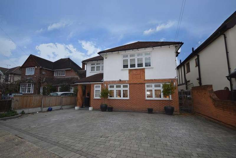 5 Bedrooms Detached House for sale in Lake Rise, Romford, RM1