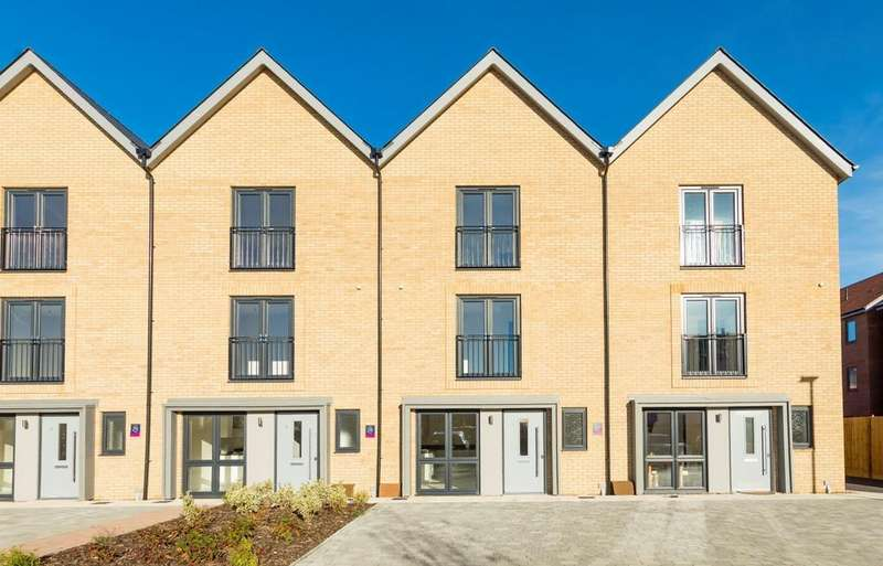 4 Bedrooms Terraced House for sale in Imperial Way, Reading, RG2