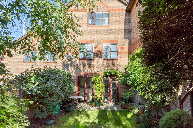 3 Bedrooms Semi Detached House for sale in Bartlett Close, E14