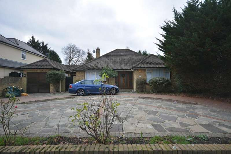 2 Bedrooms Detached Bungalow for sale in Woodlands Avenue, Emerson Park, Hornchurch RM11