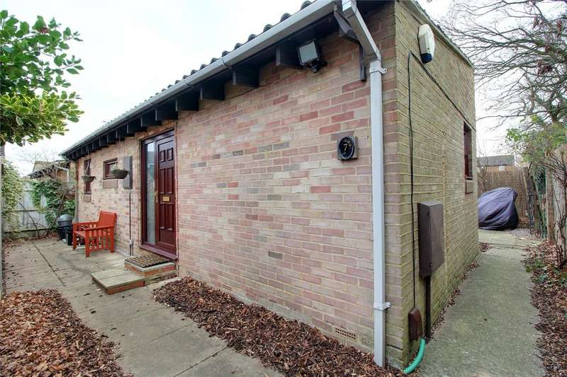 3 Bedrooms Bungalow for sale in Mawbray Close, Lower Earley, Reading, Berkshire, RG6