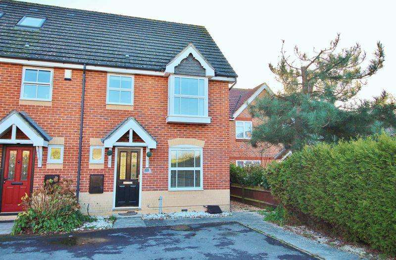 3 Bedrooms Semi Detached House for sale in Skylark Court, Milton