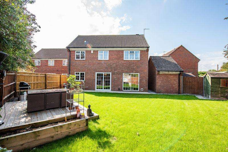 4 Bedrooms Detached House for sale in Wallace End, Aylesbury