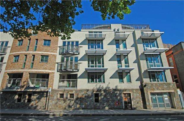 2 Bedrooms Flat for sale in Leading Edge, 80 Hotwell Road, BRISTOL, BS8 4UJ