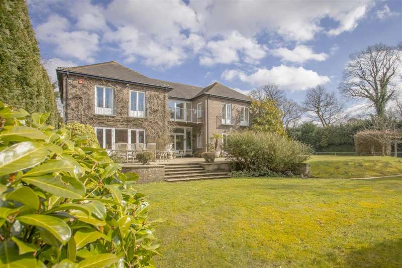 5 Bedrooms Detached House for sale in Brook Chase, West Chiltington