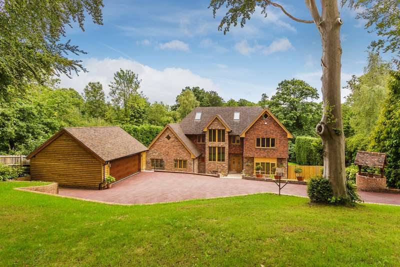 5 Bedrooms Detached House for sale in Dormans Park, RH19 2LU