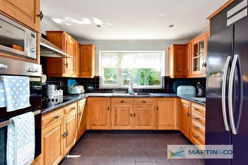 4 Bedrooms Detached House for sale in Fishers Green, Stevenage