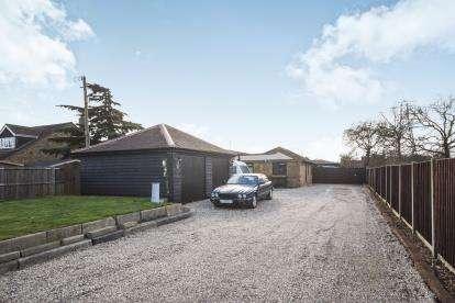 3 Bedrooms Bungalow for sale in ., Wickford, Essex
