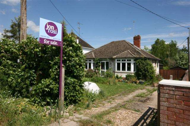 2 Bedrooms Detached Bungalow for sale in Oatlands Road, Shinfield, Reading
