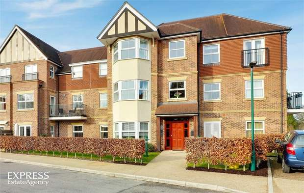 3 Bedrooms Flat for sale in 5-6 Tudor Court, Liphook, Hampshire