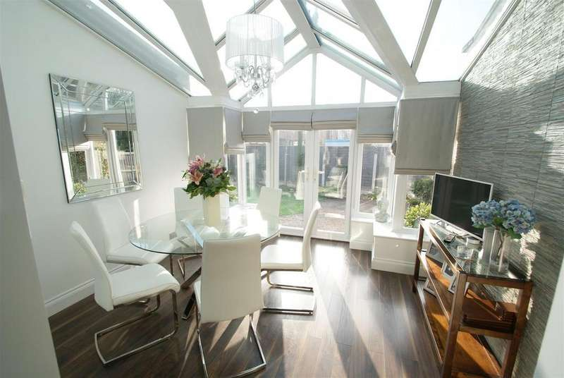 4 Bedrooms Detached House for sale in Papenburg Road, Canvey Island
