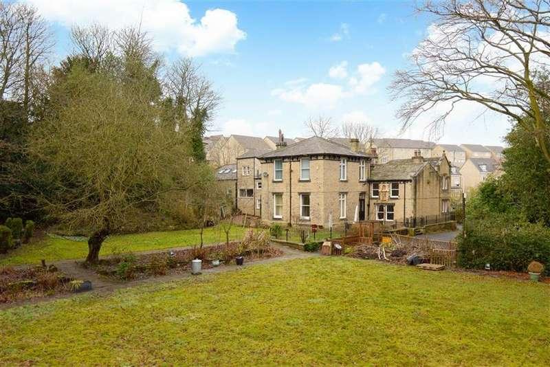 7 Bedrooms Detached House for sale in Cowrakes Road, Lindley, Huddersfield, HD3