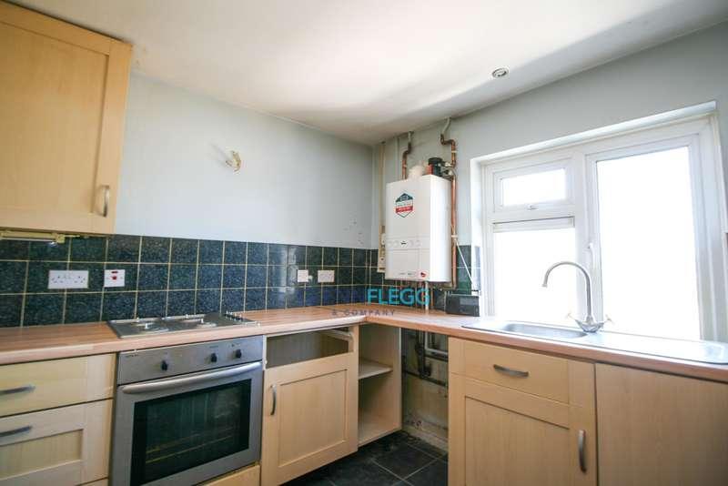 3 Bedrooms Flat for sale in Derwent Drive, Burnham.