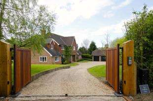 5 Bedrooms Detached House for sale in Faygate Lane, Faygate, Horsham, West Sussex