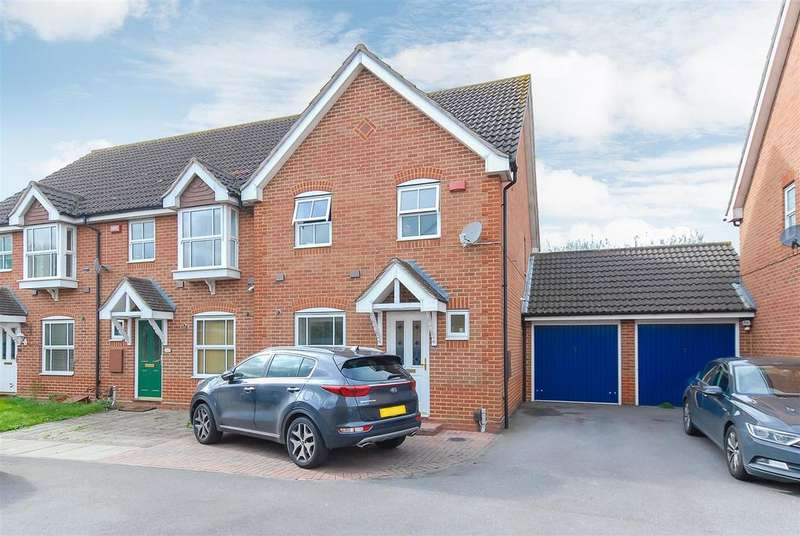 3 Bedrooms Semi Detached House for sale in Moundsfield Way, Cippenham