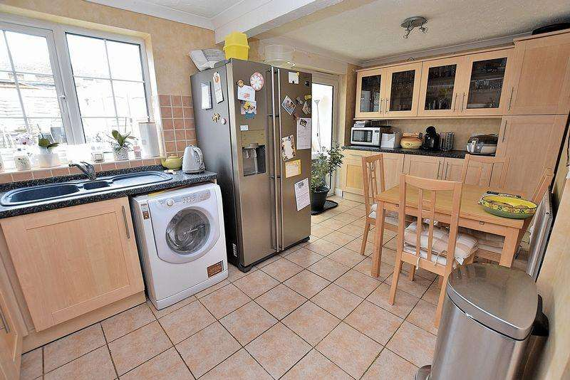 3 Bedrooms Semi Detached House for sale in No chain, garage in block, conservatory...