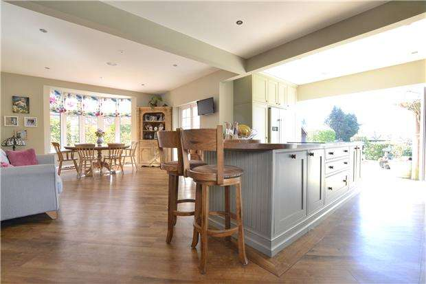 5 Bedrooms Detached House for sale in Stroud Road, Tuffley, GLOUCESTER, GL4 0AU
